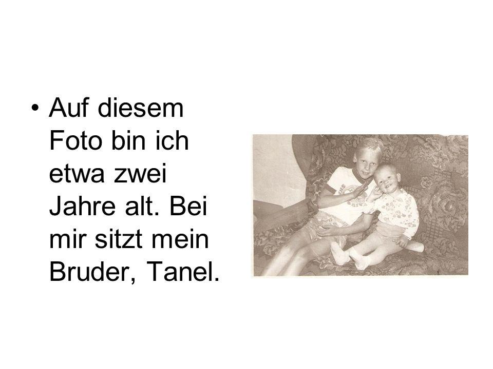 •Auf diesem Foto bin ich etwa zwei Jahre alt. Bei mir sitzt mein Bruder, Tanel.