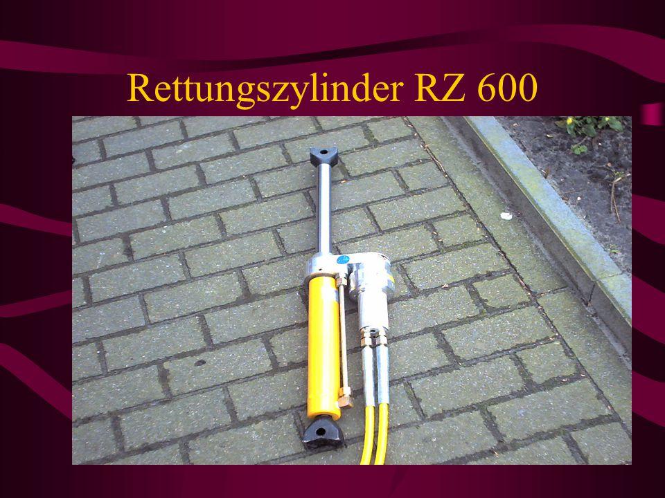 Geräteraum G1 / Fahrerseite Feuerwehrwerkzeugkasten Glasfix/Gurtschneider Tauchpumpe Rettungszylinder klein Nothammer/Gurtschneider Hölzer und Keile W