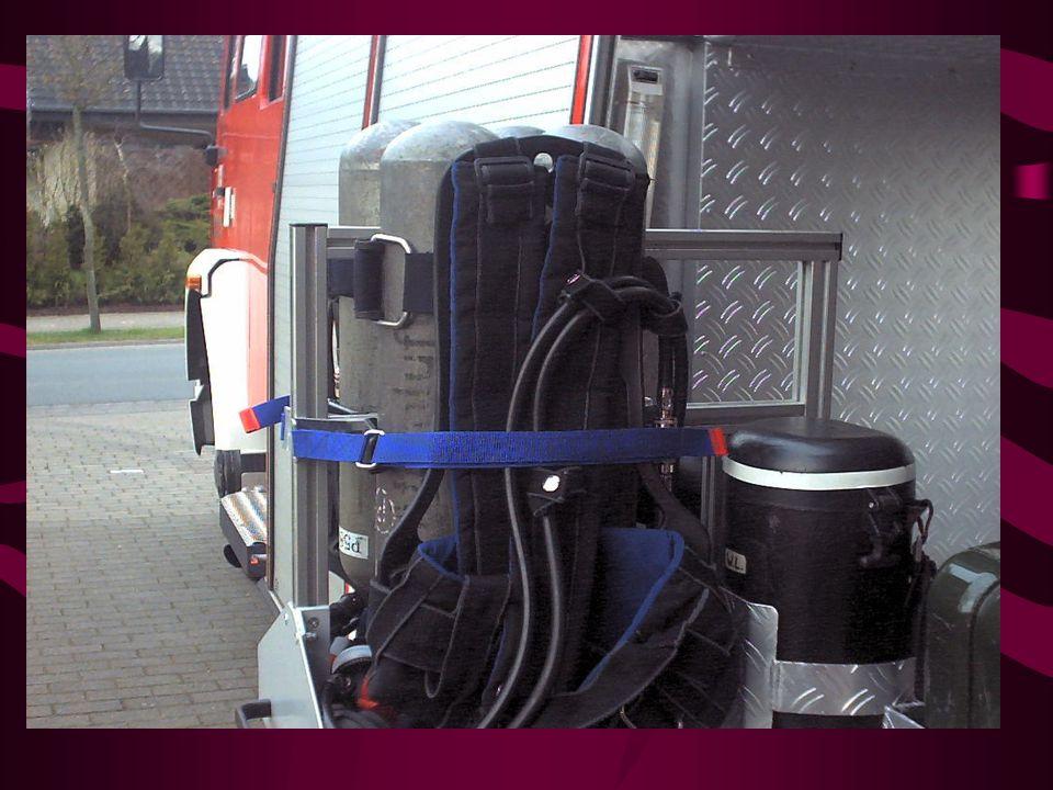 Geräteraum G5 / Fahrerseite Atemschutzgeräte Feuerwehrleinen Reservekanister 5l Erste Hilfe Koffer mit Ambobeutel Verteiler C-B-C Übergangstücke C-Sch