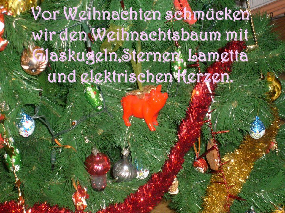 Vor Weihnachten schmücken wir den Weihnachtsbaum mit Glaskugeln,Sternen, Lametta und elektrischen Kerzen.