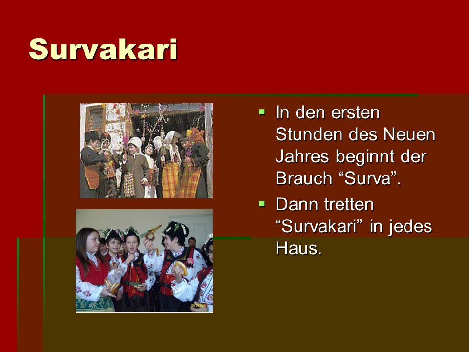 """Survakari IIIIn den ersten Stunden des Neuen Jahres beginnt der Brauch """"Surva"""". DDDDann tretten """"Survakari"""" in jedes Haus."""