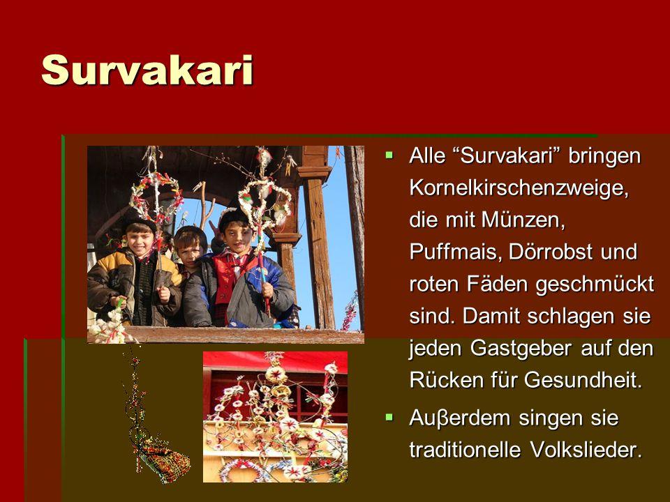 """Survakari AAAAlle """"Survakari"""" bringen Kornelkirschenzweige, die mit Münzen, Puffmais, Dörrobst und roten Fäden geschmückt sind. Damit schlagen sie"""