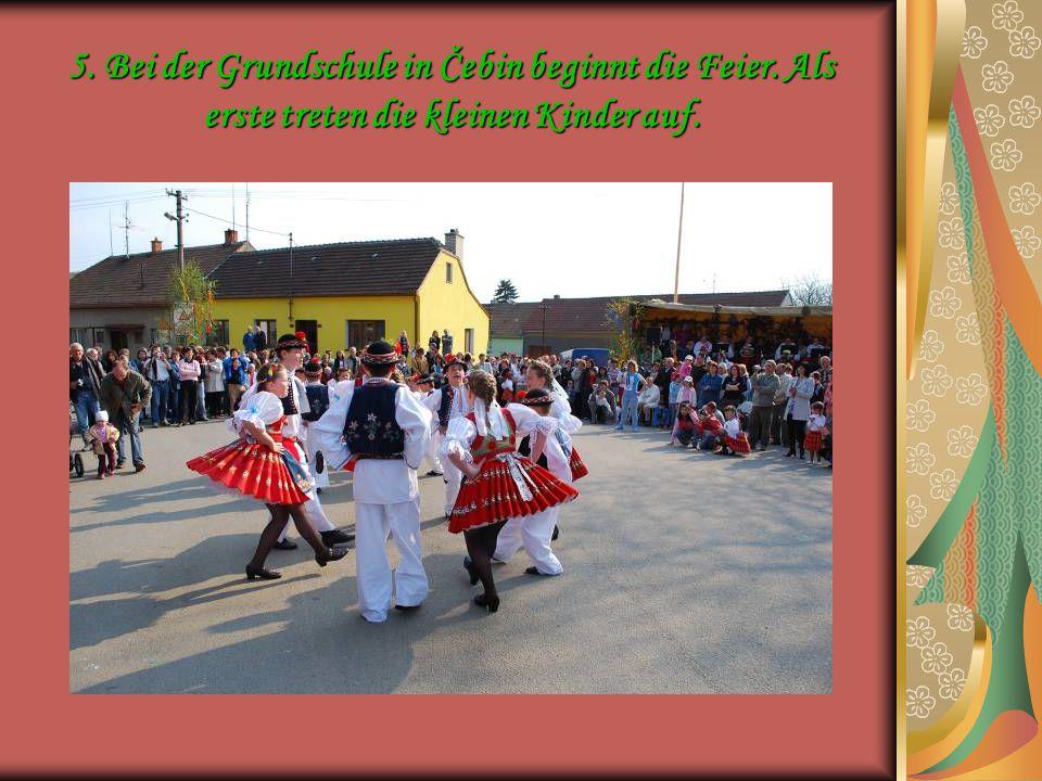 5. Bei der Grundschule in Čebin beginnt die Feier. Als erste treten die kleinen Kinder auf.