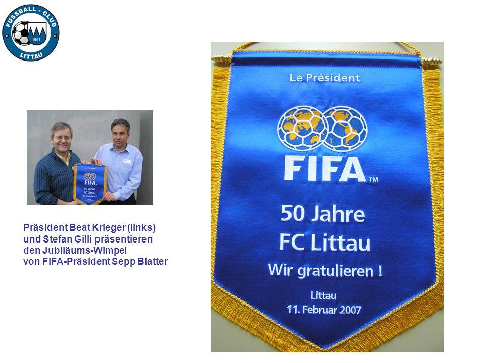Präsident Beat Krieger (links) und Stefan Gilli präsentieren den Jubiläums-Wimpel von FIFA-Präsident Sepp Blatter