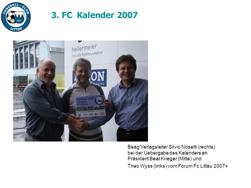 Beag Verlagsleiter Silvio Nosetti (rechts) bei der Uebergabe des Kalenders an Präsident Beat Krieger (Mitte) und Theo Wyss (links) vom Forum Fc Littau