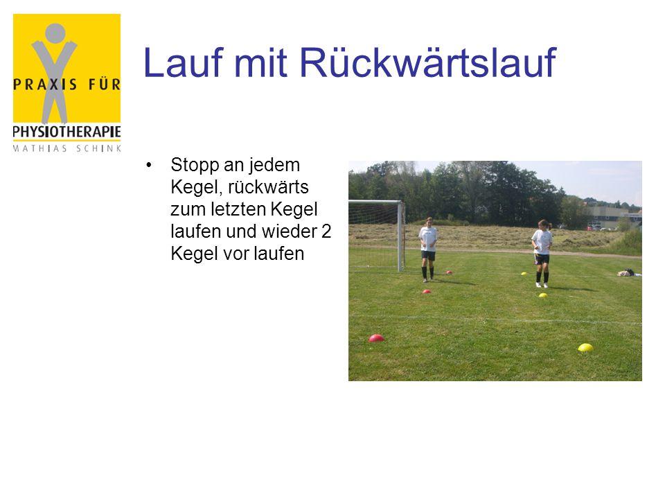 Lauf mit Rückwärtslauf Stopp an jedem Kegel, rückwärts zum letzten Kegel laufen und wieder 2 Kegel vor laufen