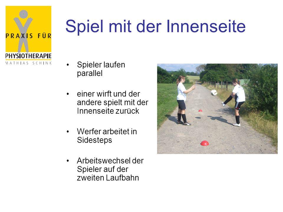 Spiel mit der Innenseite Spieler laufen parallel einer wirft und der andere spielt mit der Innenseite zurück Werfer arbeitet in Sidesteps Arbeitswechs