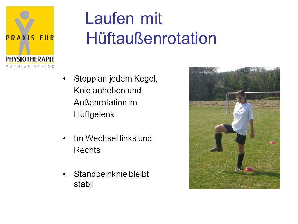 Laufen mit Hüftaußenrotation Stopp an jedem Kegel, Knie anheben und Außenrotation im Hüftgelenk Im Wechsel links und Rechts Standbeinknie bleibt stabil
