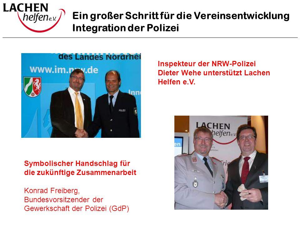Ein großer Schritt für die Vereinsentwicklung Integration der Polizei Inspekteur der NRW-Polizei Dieter Wehe unterstützt Lachen Helfen e.V. Symbolisch