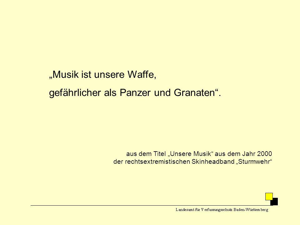 """""""Musik ist unsere Waffe, gefährlicher als Panzer und Granaten"""". aus dem Titel """"Unsere Musik"""" aus dem Jahr 2000 der rechtsextremistischen Skinheadband"""