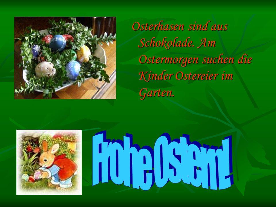 Osterhasen sind aus Schokolade. Am Ostermorgen suchen die Kinder Ostereier im Garten.