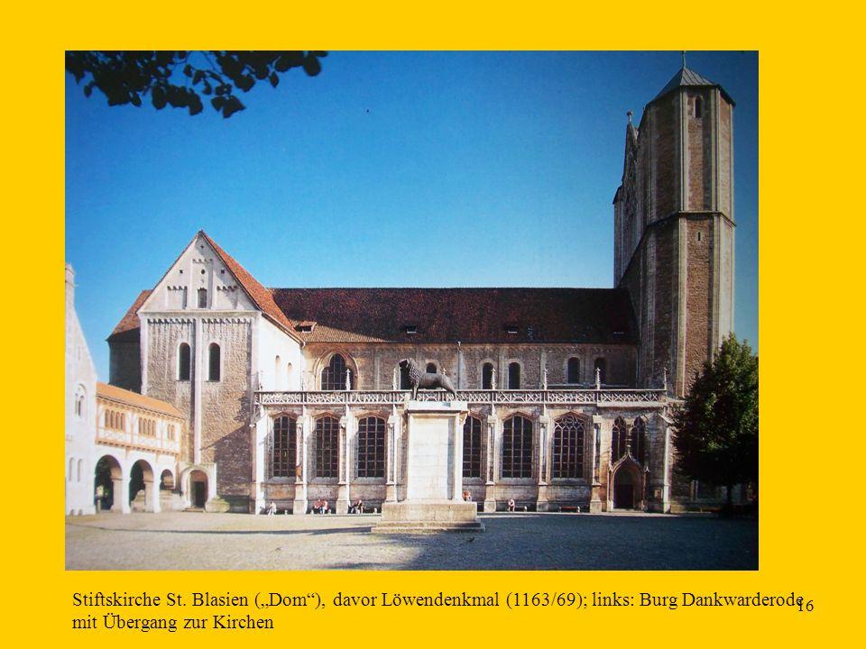 """16 Stiftskirche St. Blasien (""""Dom""""), davor Löwendenkmal (1163/69); links: Burg Dankwarderode mit Übergang zur Kirchen"""