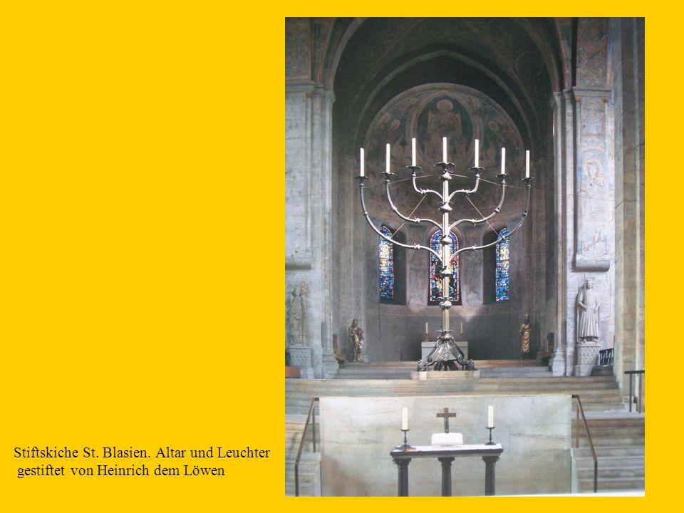 19 Stiftskiche St. Blasien. Altar und Leuchter gestiftet von Heinrich dem Löwen