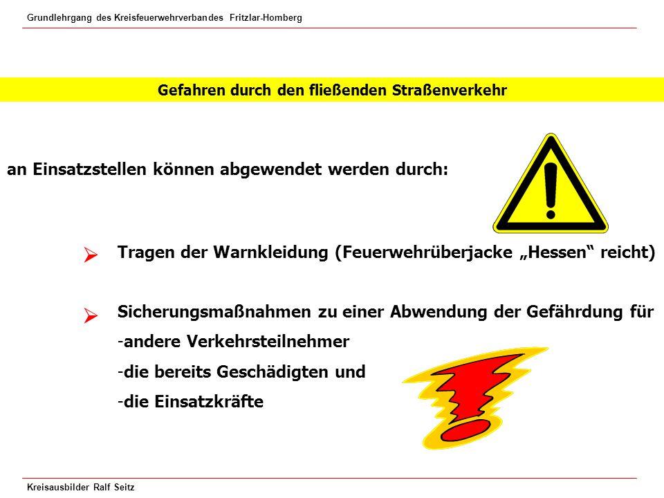 Grundlehrgang des Kreisfeuerwehrverbandes Fritzlar-Homberg Kreisausbilder Ralf Seitz Blaues Blinklicht und Warnblinkanlage einschalten.