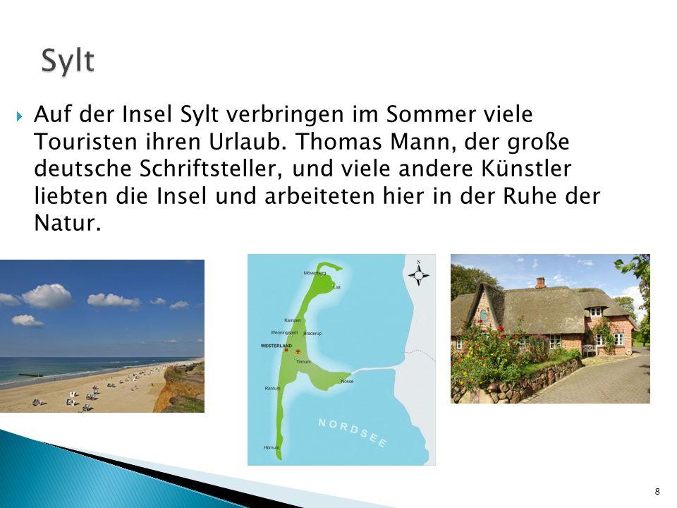  Auf der Insel Sylt verbringen im Sommer viele Touristen ihren Urlaub. Thomas Mann, der große deutsche Schriftsteller, und viele andere Künstler lieb
