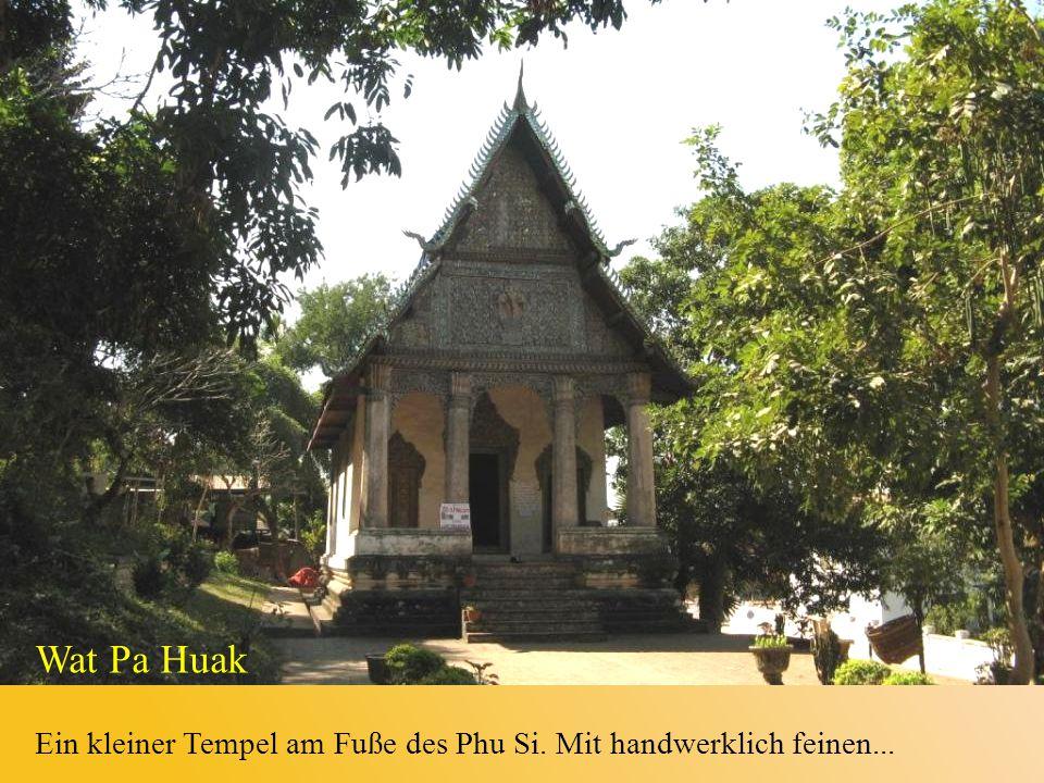 Ein kleiner Tempel am Fuße des Phu Si. Mit handwerklich feinen...