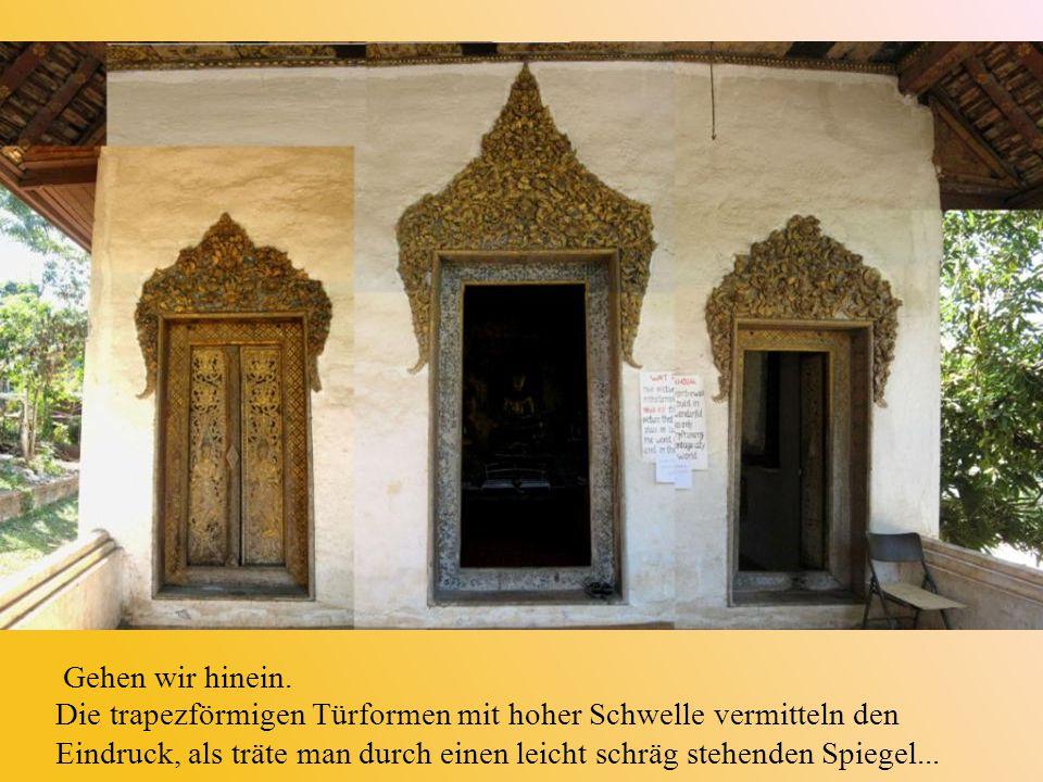 Gehen wir hinein. Die trapezförmigen Türformen mit hoher Schwelle vermitteln den Eindruck, als träte man durch einen leicht schräg stehenden Spiegel..