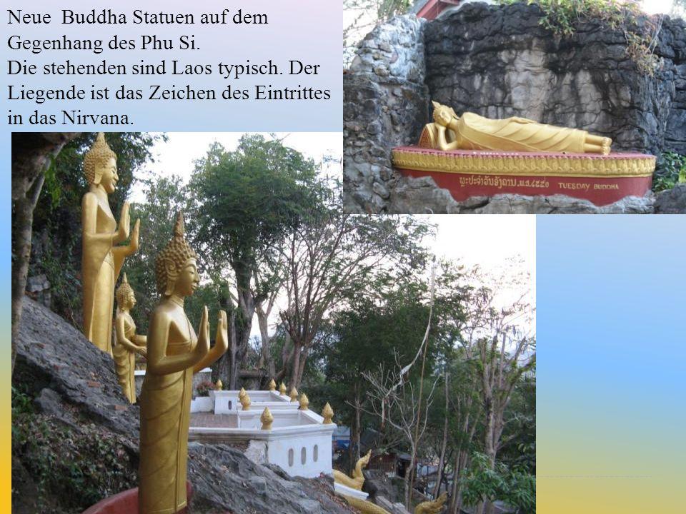 Neue Buddha Statuen auf dem Gegenhang des Phu Si. Die stehenden sind Laos typisch. Der Liegende ist das Zeichen des Eintrittes in das Nirvana.