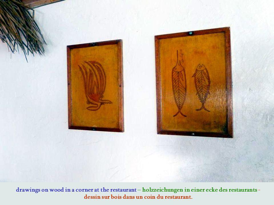 drawings on wood in a corner at the restaurant – holzzeichungen in einer ecke des restaurants - dessin sur bois dans un coin du restaurant.