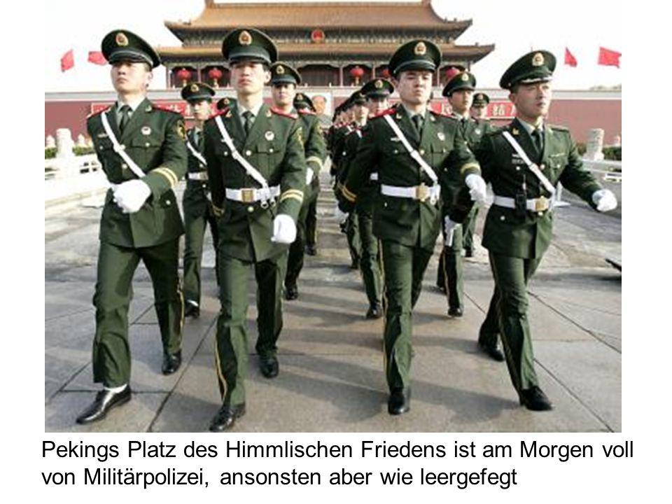 Pekings Platz des Himmlischen Friedens ist am Morgen voll von Militärpolizei, ansonsten aber wie leergefegt