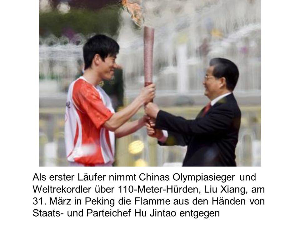 Als erster Läufer nimmt Chinas Olympiasieger und Weltrekordler über 110-Meter-Hürden, Liu Xiang, am 31.