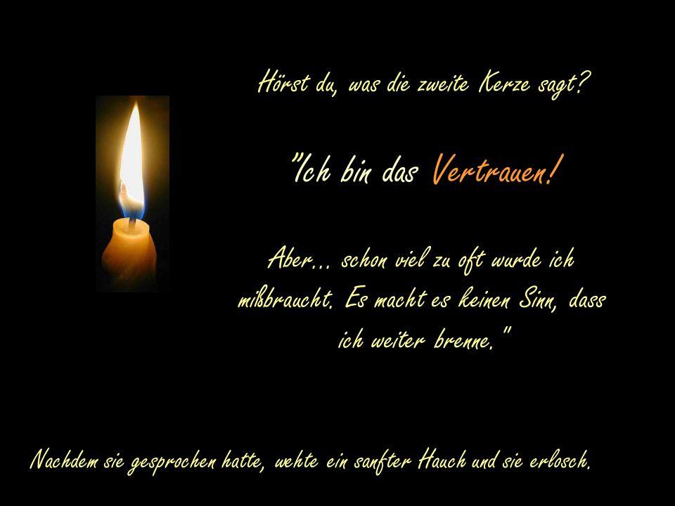 """Die erste Kerze spricht: """"Ich bin die Kerze des Friedens! Aber... auf ganzen Welt gibt es so viel Kummer, Streit, Neid und Hass. Meine Anwesenheit ist"""
