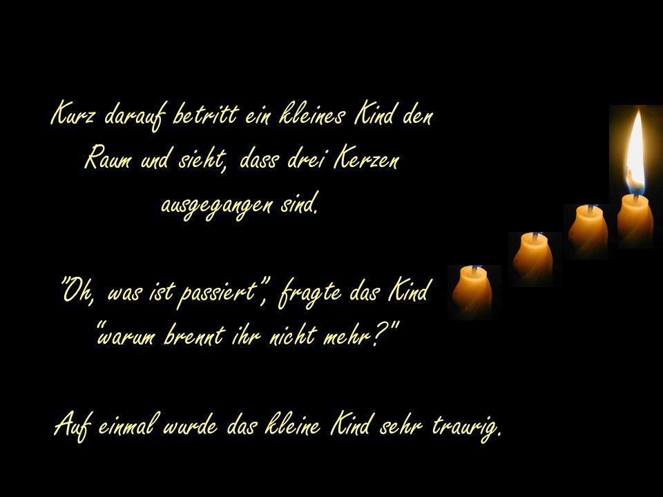 Kurz darauf betritt ein kleines Kind den Raum und sieht, dass drei Kerzen ausgegangen sind.