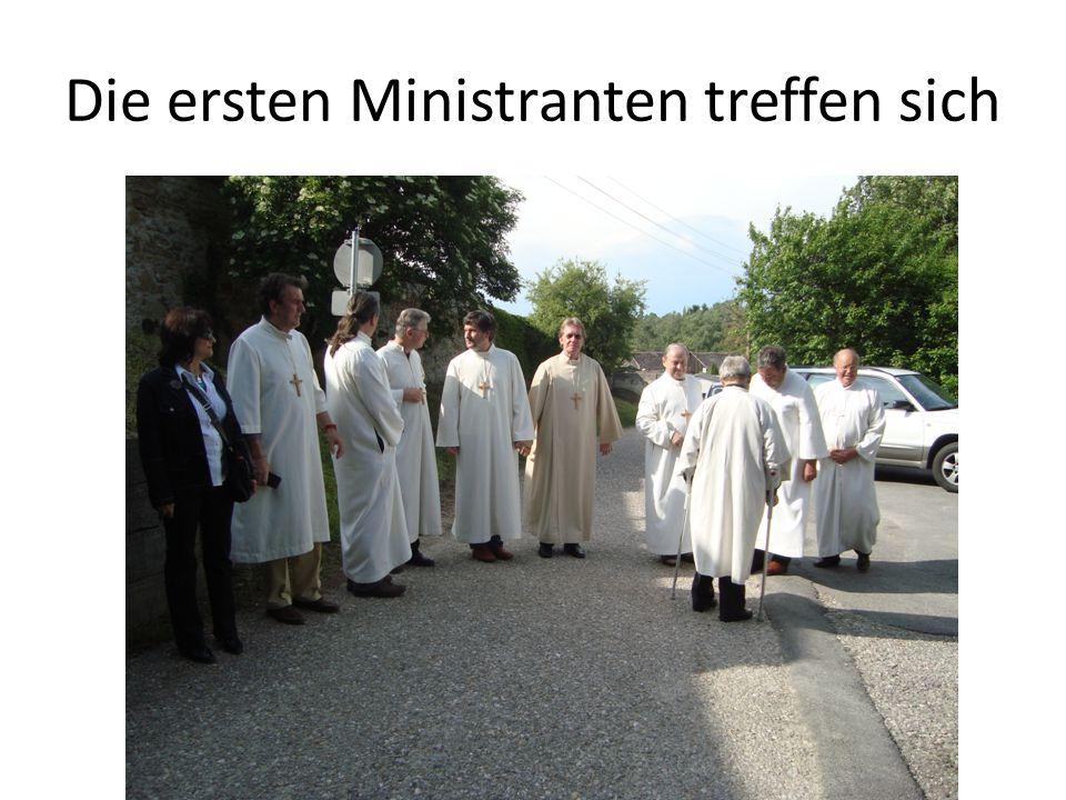 Die ersten Ministranten treffen sich