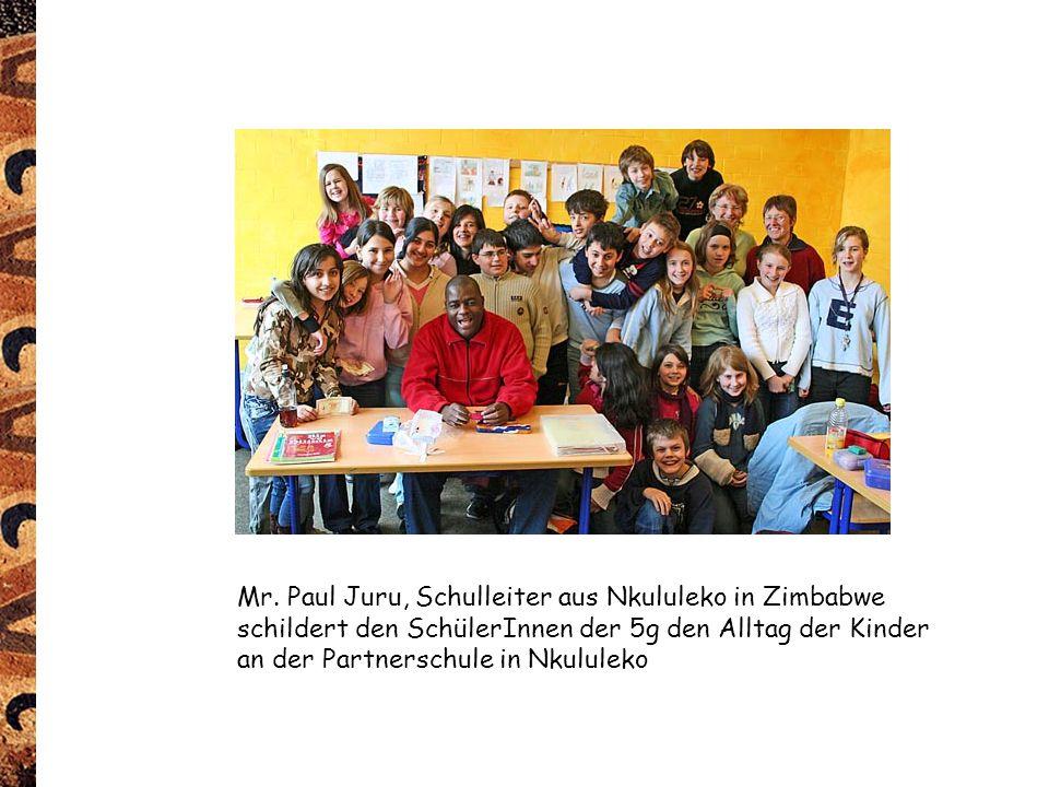Mr. Paul Juru, Schulleiter aus Nkululeko in Zimbabwe schildert den SchülerInnen der 5g den Alltag der Kinder an der Partnerschule in Nkululeko