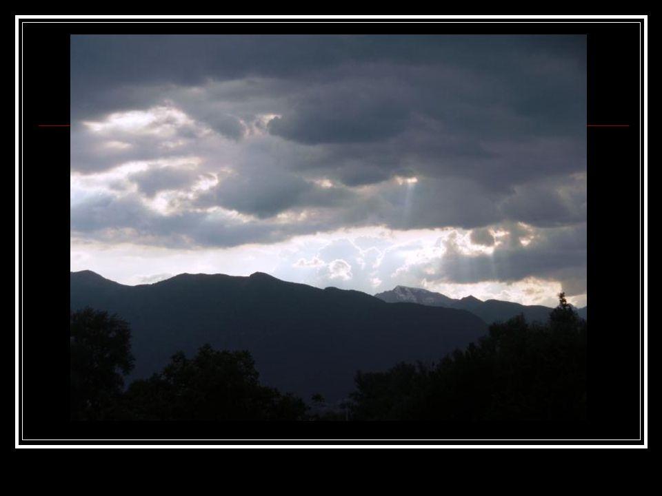 Gewitterwolken dick und drohend, wechseln grad ihr weißes Kleid,
