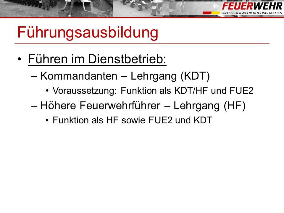 Führungsausbildung Führen im Dienstbetrieb: –Kommandanten – Lehrgang (KDT) Voraussetzung: Funktion als KDT/HF und FUE2 –Höhere Feuerwehrführer – Lehrgang (HF) Funktion als HF sowie FUE2 und KDT