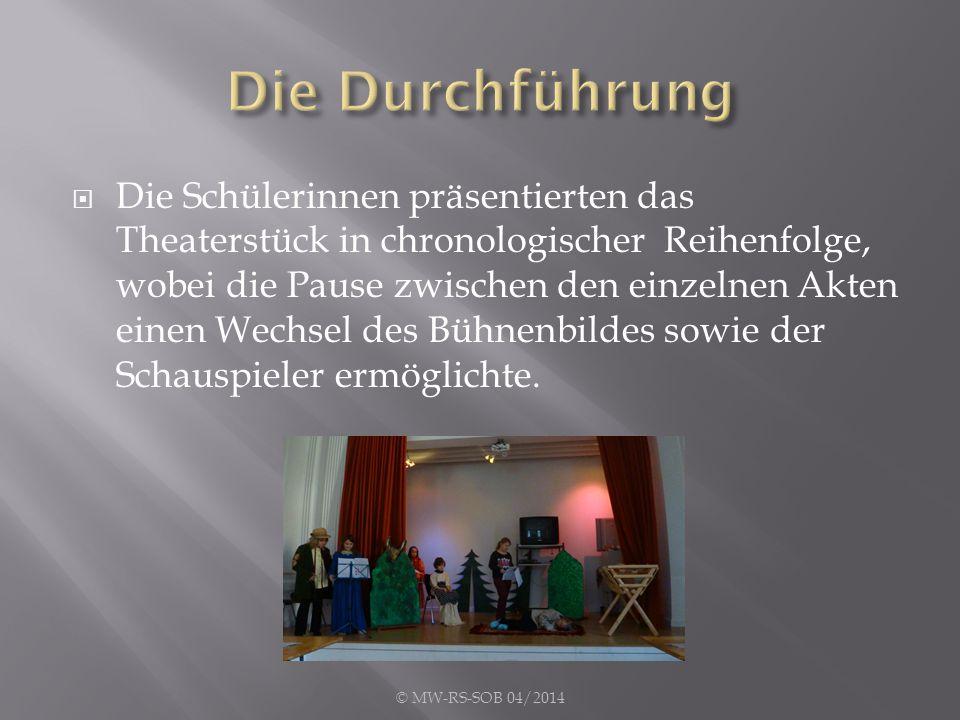 Die Schülerinnen präsentierten das Theaterstück in chronologischer Reihenfolge, wobei die Pause zwischen den einzelnen Akten einen Wechsel des Bühne
