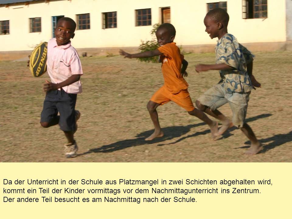 Da der Unterricht in der Schule aus Platzmangel in zwei Schichten abgehalten wird, kommt ein Teil der Kinder vormittags vor dem Nachmittagunterricht ins Zentrum.