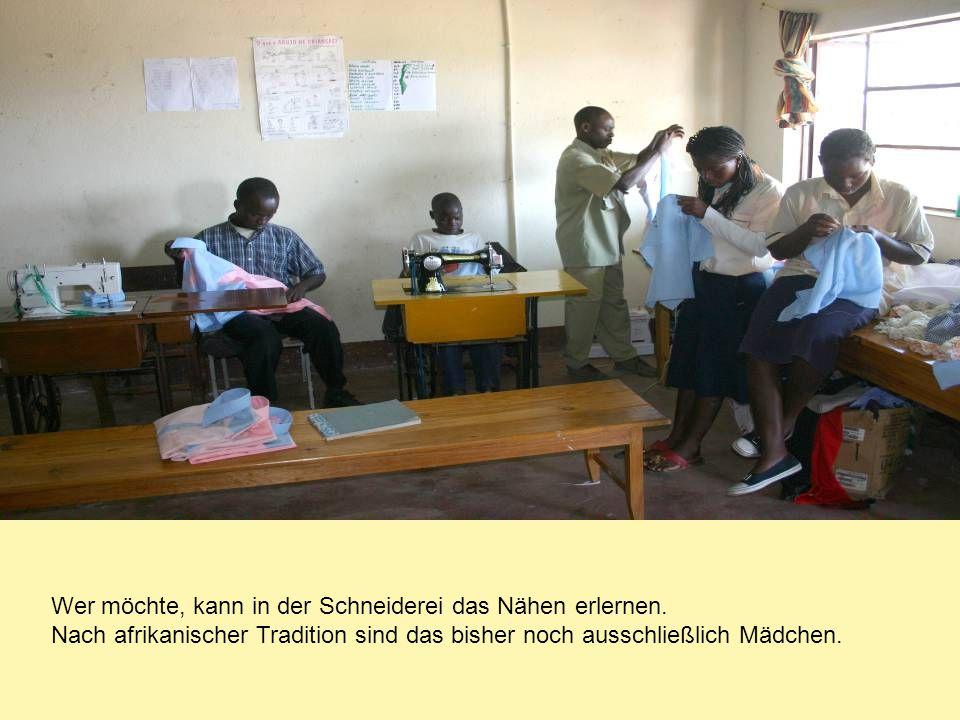 Wer möchte, kann in der Schneiderei das Nähen erlernen. Nach afrikanischer Tradition sind das bisher noch ausschließlich Mädchen.