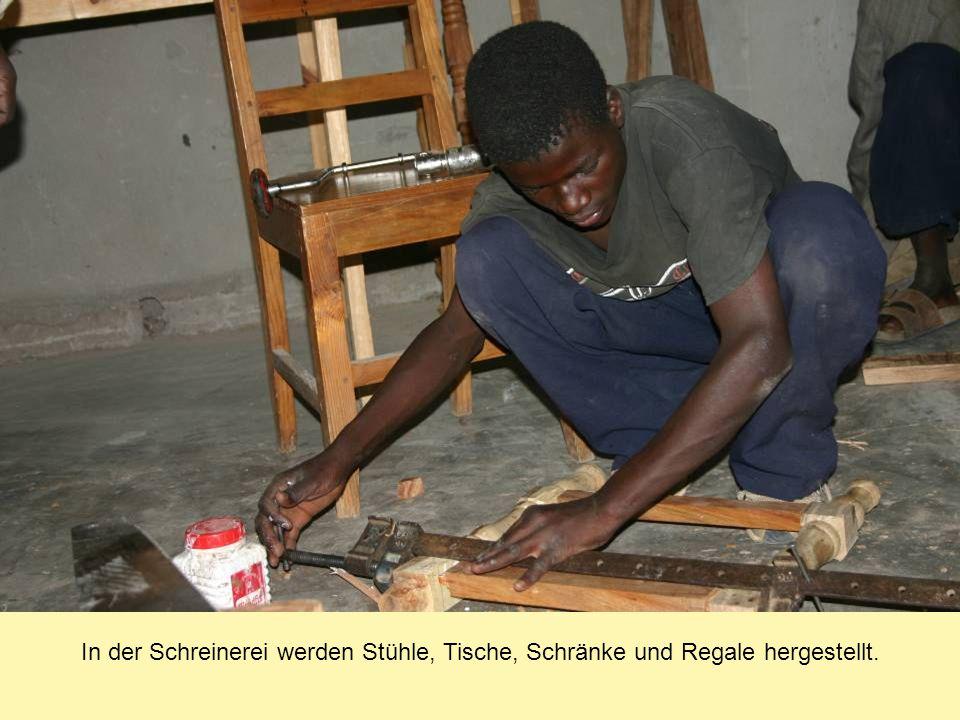 In der Schreinerei werden Stühle, Tische, Schränke und Regale hergestellt.