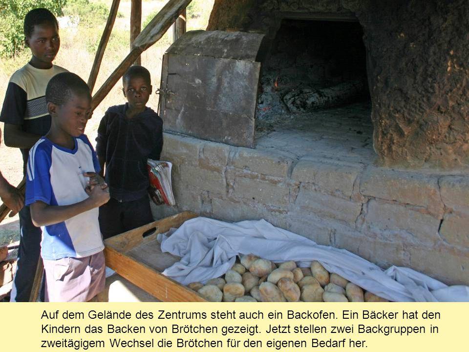 Auf dem Gelände des Zentrums steht auch ein Backofen. Ein Bäcker hat den Kindern das Backen von Brötchen gezeigt. Jetzt stellen zwei Backgruppen in zw