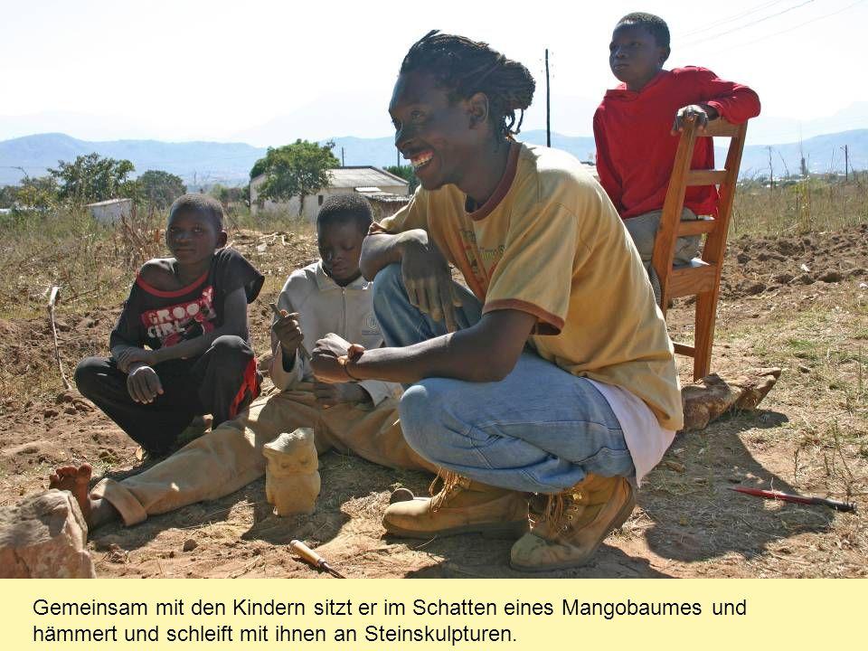 Gemeinsam mit den Kindern sitzt er im Schatten eines Mangobaumes und hämmert und schleift mit ihnen an Steinskulpturen.