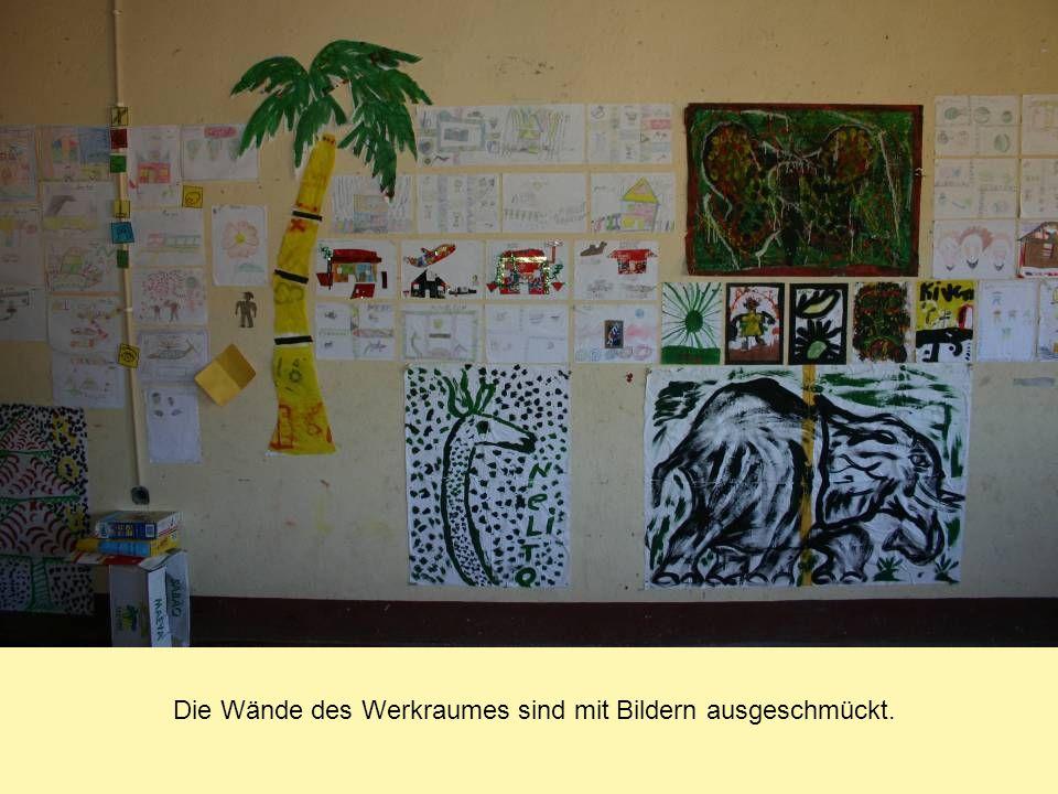 Die Wände des Werkraumes sind mit Bildern ausgeschmückt.