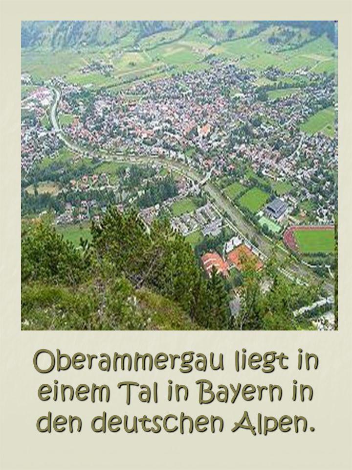 Oberammergau liegt in einem Tal in Bayern in den deutschen Alpen.