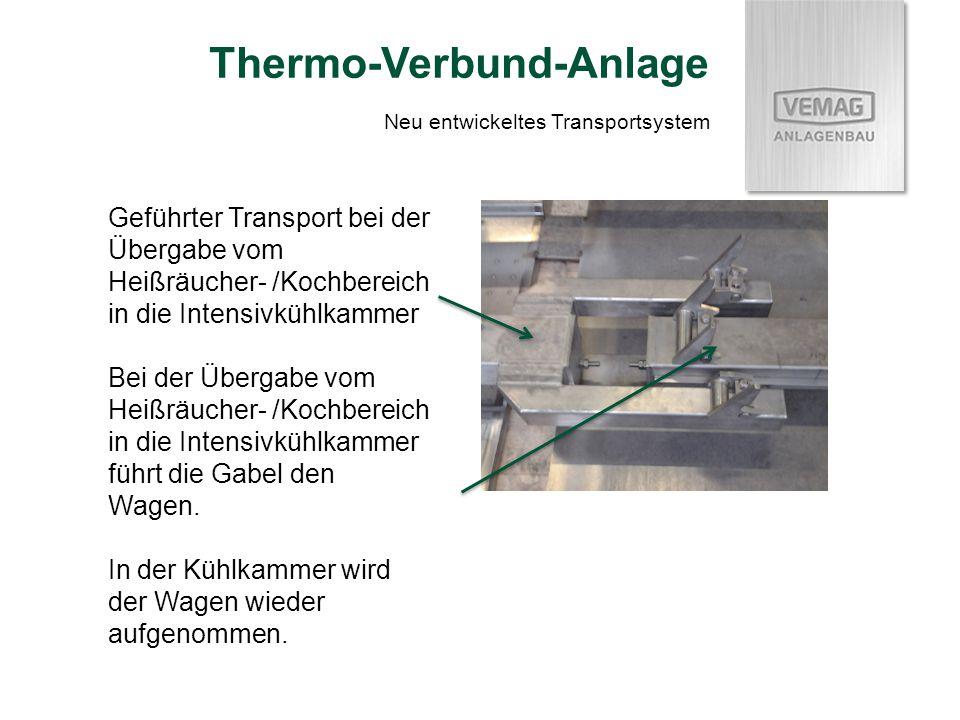 Geführter Transport bei der Übergabe vom Heißräucher- /Kochbereich in die Intensivkühlkammer Bei der Übergabe vom Heißräucher- /Kochbereich in die Intensivkühlkammer führt die Gabel den Wagen.