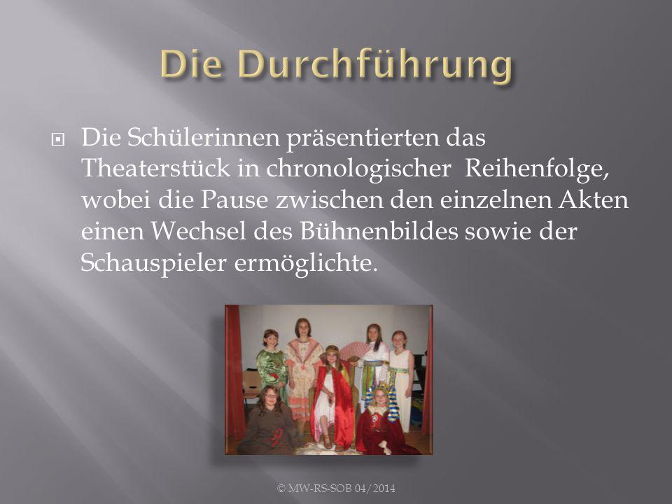  Die Schülerinnen präsentierten das Theaterstück in chronologischer Reihenfolge, wobei die Pause zwischen den einzelnen Akten einen Wechsel des Bühnenbildes sowie der Schauspieler ermöglichte.