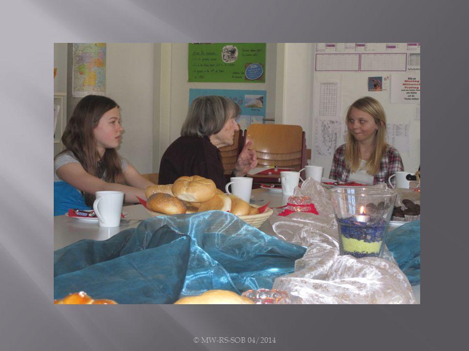 In kleinen Gruppen fand man zusammen, ließ sich das Frühstück schmecken und nachdem die erste Scheu überwunden war, begannen die Mädchen zu fragen.