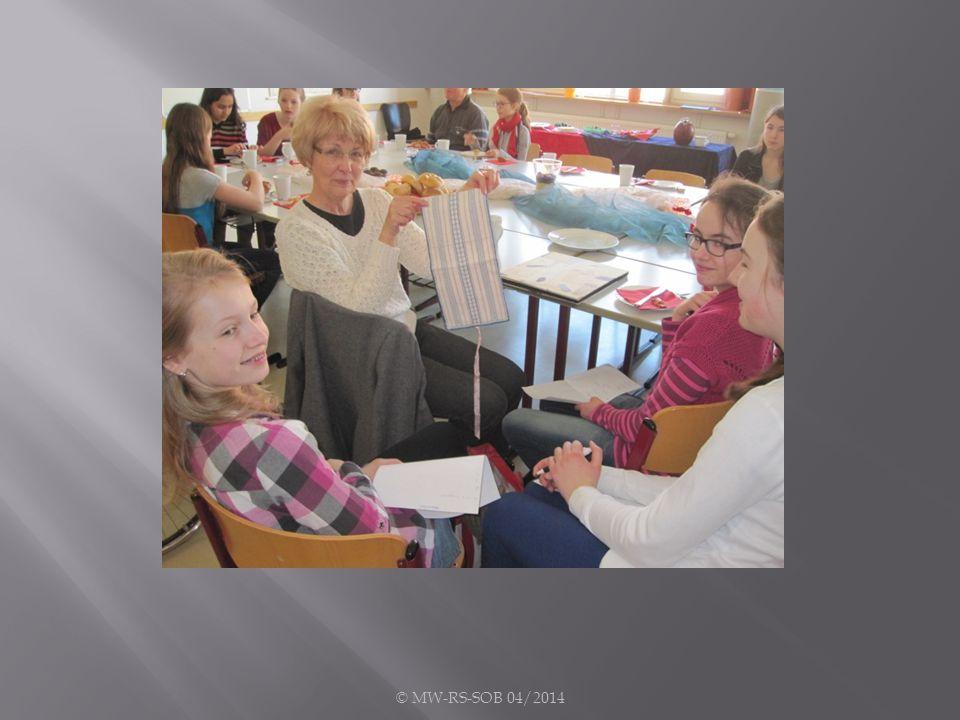 Eine Großmutter hatte sich eine besondere Überraschung ausgedacht und eine ganze Tasche voller Schulbücher, Hefte und Spielsachen aus ihrer Jugend mitgebracht.