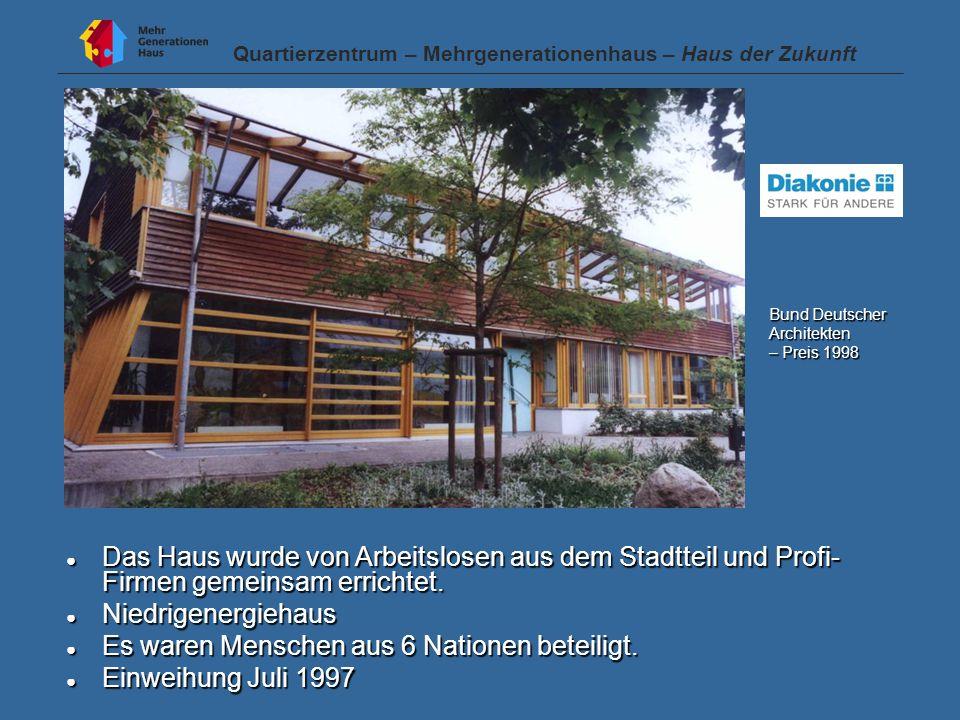 ● Das Haus wurde von Arbeitslosen aus dem Stadtteil und Profi- Firmen gemeinsam errichtet.