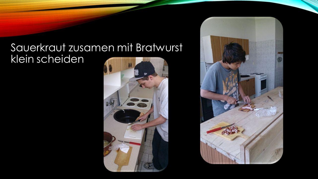 Sauerkraut zusamen mit Bratwurst klein scheiden