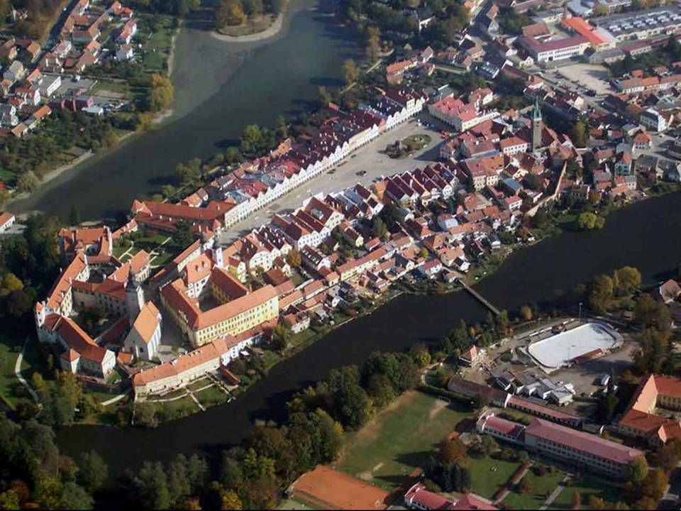 Telč Das historische Zentrum von Telc ist für seine Renaissance-Platz mit Arkaden und ein spätgotische Schloß geschätzt. Telc findet sich im Tschechis