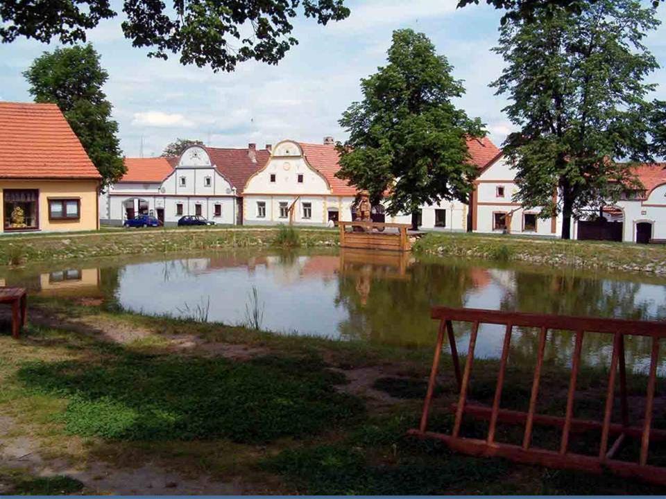 Bausatz von 17 Bauernhöfen in der Nähe des Dorfes Holašovice in Südböhmen mit typischen Giebeln ist ein außergewöhnlicher Beispiel für ein traditionel
