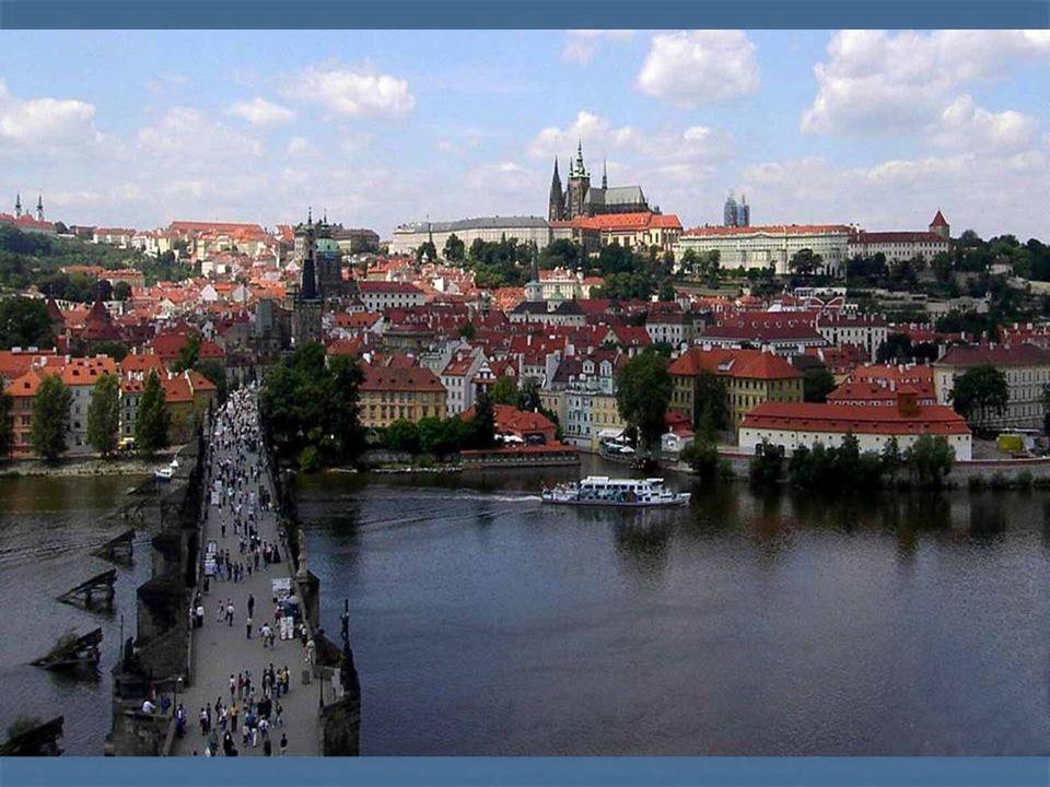 Der historische Stadtkern von Prag ist ungewöhnlicher Beispiel in der Welt der Städtebau-Datei, wo es durch die Baustile von der Romanik über Gotik ge