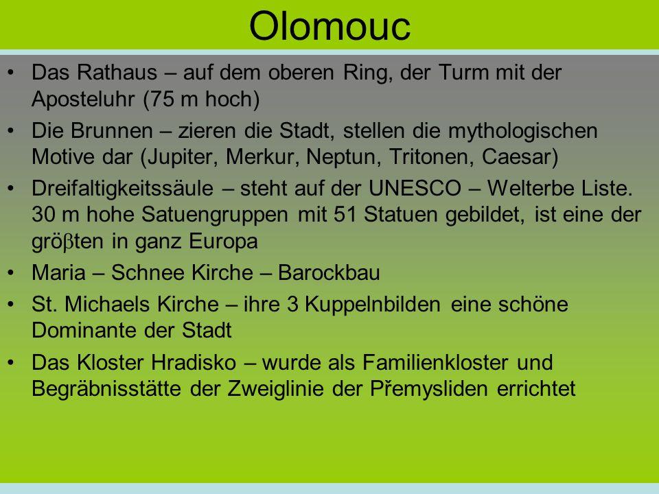 Olomouc Das Rathaus – auf dem oberen Ring, der Turm mit der Aposteluhr (75 m hoch) Die Brunnen – zieren die Stadt, stellen die mythologischen Motive dar (Jupiter, Merkur, Neptun, Tritonen, Caesar) Dreifaltigkeitssäule – steht auf der UNESCO – Welterbe Liste.