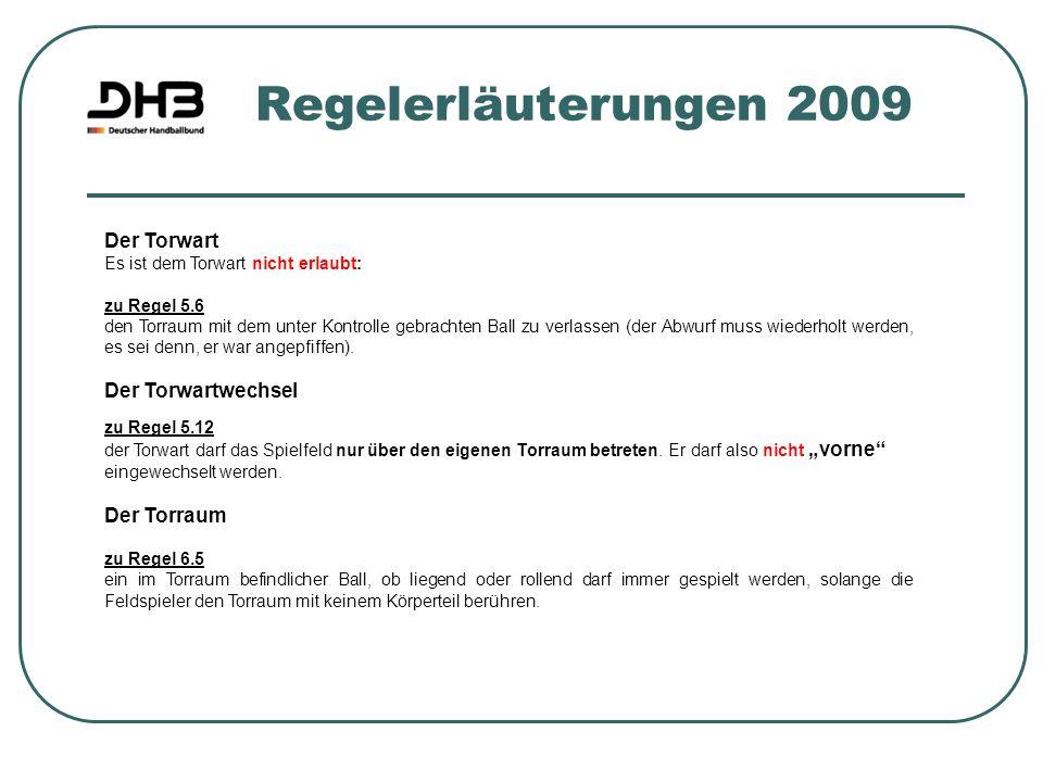 Regelerläuterungen 2009 Der Torwart Es ist dem Torwart nicht erlaubt: zu Regel 5.6 den Torraum mit dem unter Kontrolle gebrachten Ball zu verlassen (d